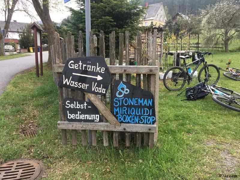 Boxenstopp, Anwohner geben ihr Grundstück für die Radfahrer des Stoneman Miriquidi frei